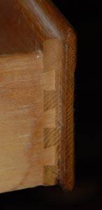 Соединение <ласточкин хвост>, которое используется в комодах. Ласточкин хвост (тип соединения) [ dovetails ]