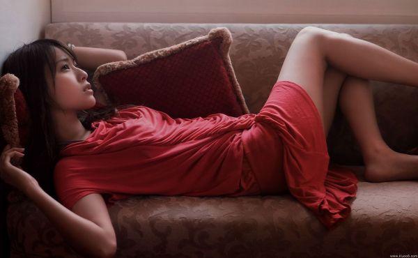 Китаянка на диване - Звёзды на мебели фото