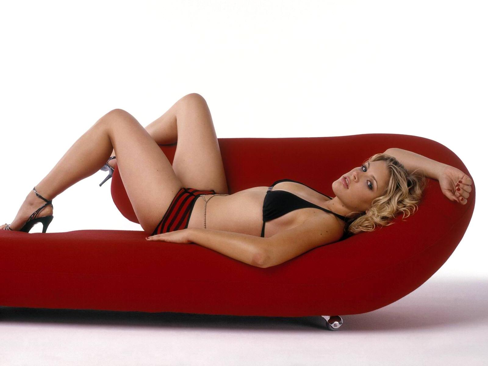 Красивая девушка в нижнем белье на диване в стиле модерн - Звёзды на мебели фото