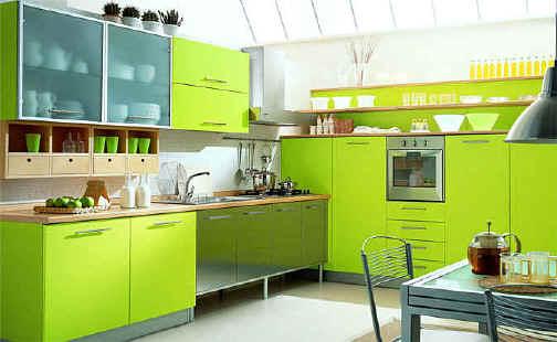 Светлая кухня с зелеными шкафами и белым полом - Интерьер кухни (кухонная мебель) фото