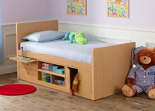 Кровать с ящиками и полками для маленьких детей.