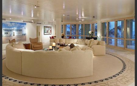 Большая гостиная с двумя полукруглыми диванами - Гостиные - дизайн и мебель фото