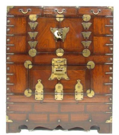 Красивый старинный шкаф-сундук с латунным переплетом для спальни