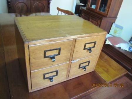 Дубовый библиотечный шкаф с 4 ящиками (ласточкин хвост)